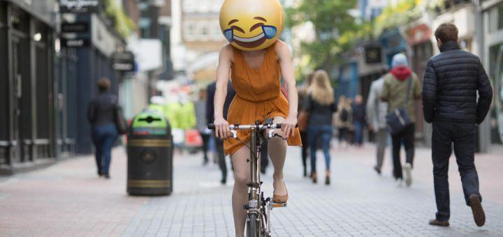 """L'emoji """"rit au larme"""", mot de l'année 2015 par l'Oxford Dictionaries"""