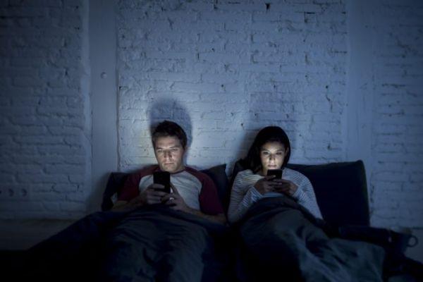 couple-lit-smartphone